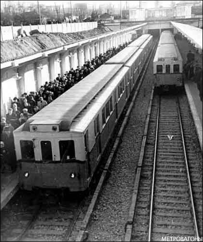 Составы из вагонов типов В2 и В4 на станции «Фили» в день открытия (7 ноября 1959 года). Фото А.С. Бернштейна